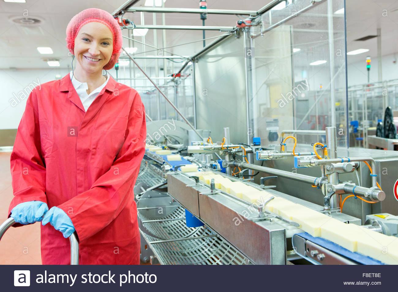 Porträt zuversichtlich Arbeiter am Fließband in Käse Verarbeitungsanlage Stockbild