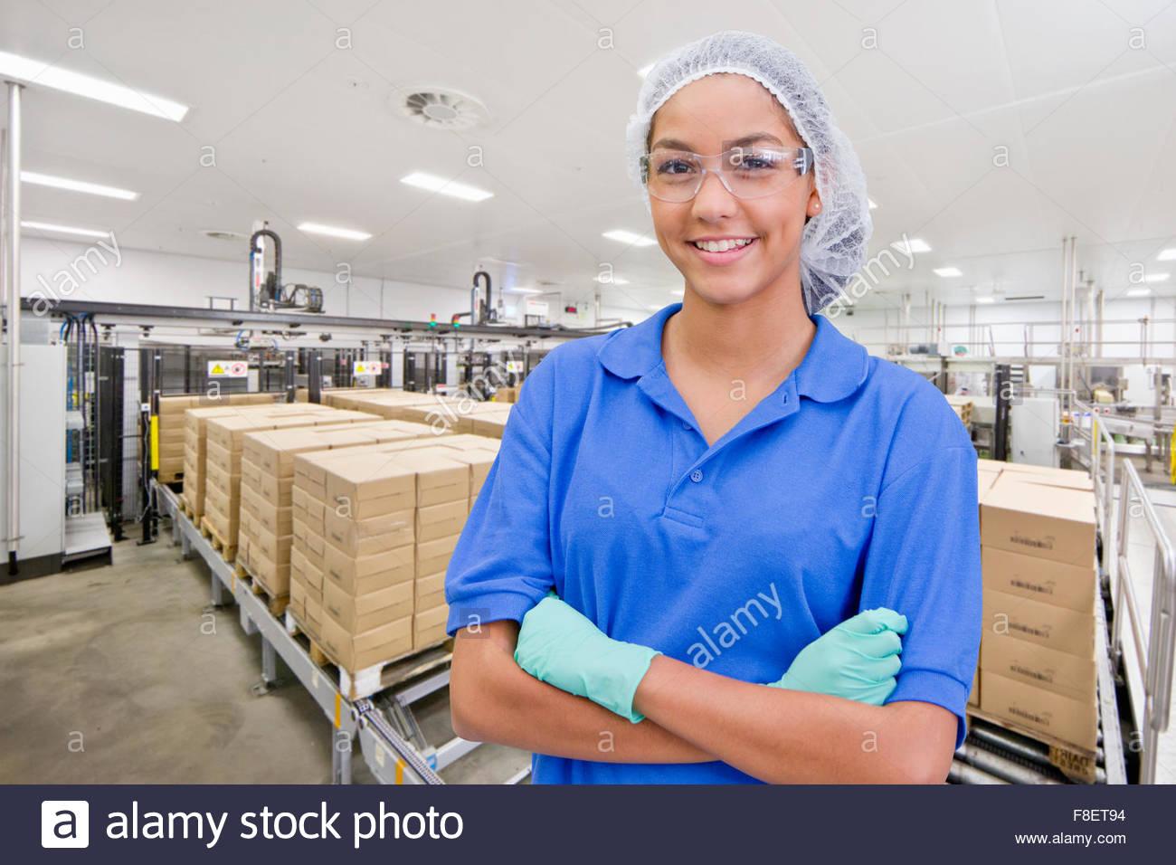 Porträt von lächelnden Worker bei Lebensmittel Verpackung Produktionslinie Stockbild