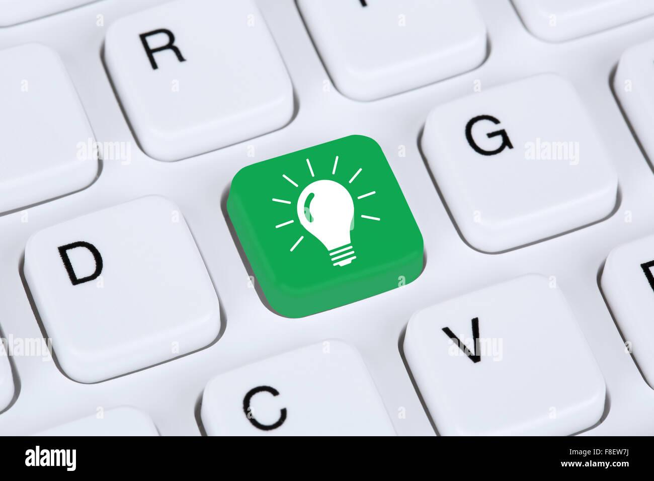 Idee Lösung Glühbirne Erfolg Erfolgskonzept auf Computer mit Internetzugang Stockbild