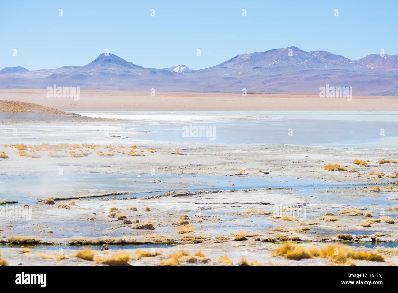 Heißes Wasserteiche in Geothermie Region der Anden-Hochland in Bolivien. Gefrorene Salzsee, fernen Bergkette Stockbild