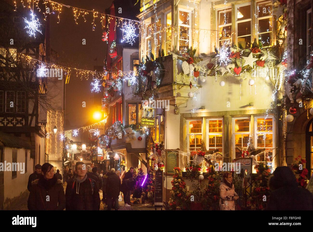 Weihnachtsbeleuchtung Außen Bogen.Weihnachtsbeleuchtung Und Dekorationen Auf Der Straße In Der Alten