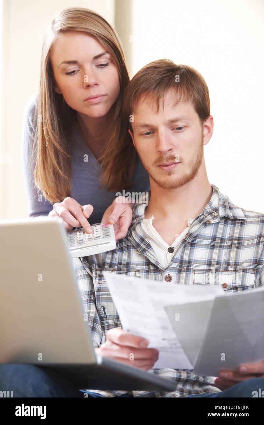 Paar streiten über Home Finanzen Stockbild