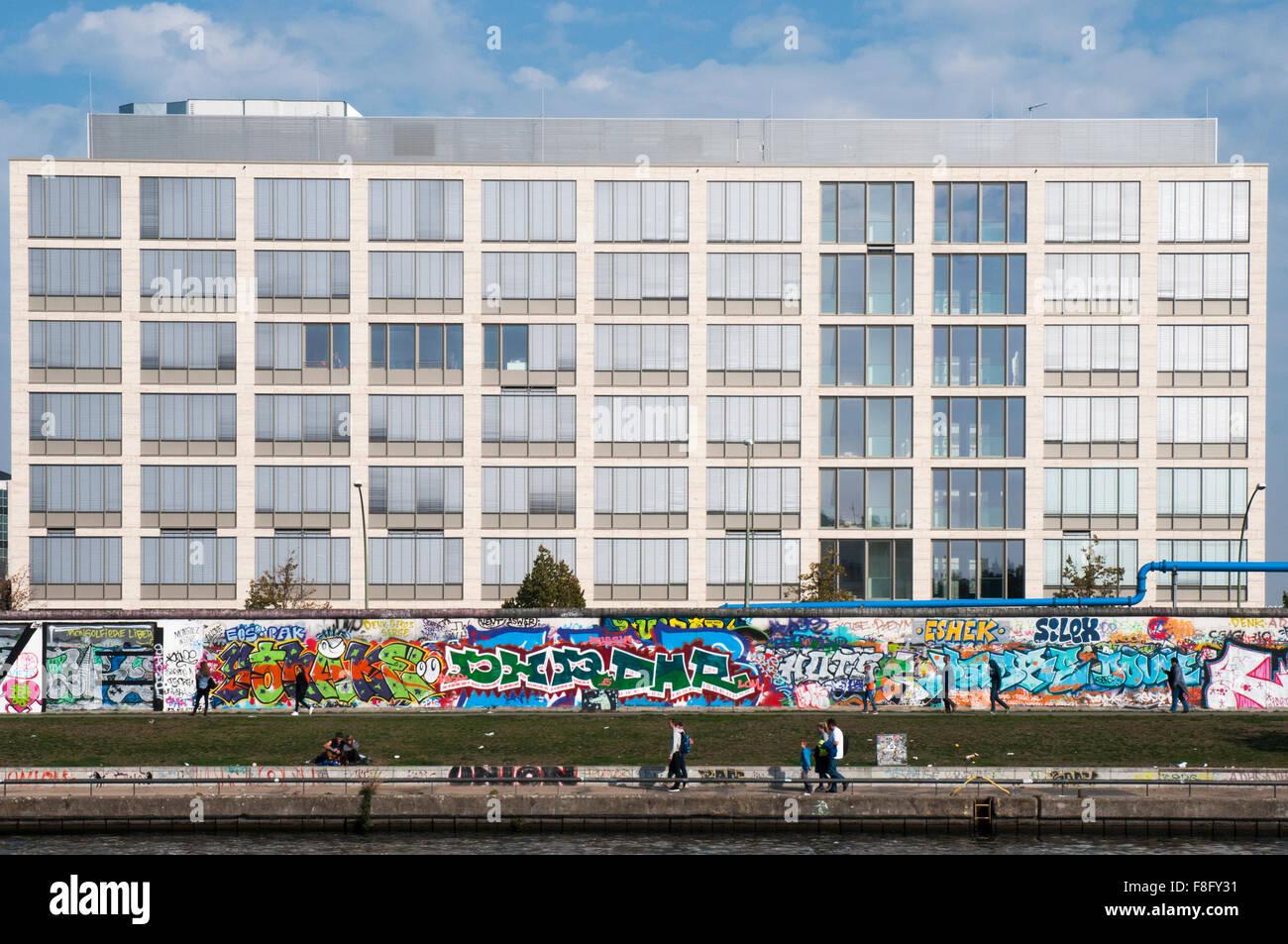 East Side Gallery, eine street-Art Veranstaltungsort geschaffen Reste der Berliner Mauer, von der Spree gesehen Stockbild