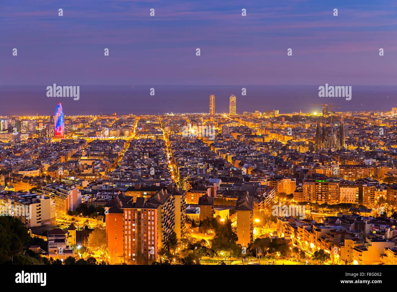 Skyline von Barcelona am Nachmittag zur blauen Stunde Stockbild