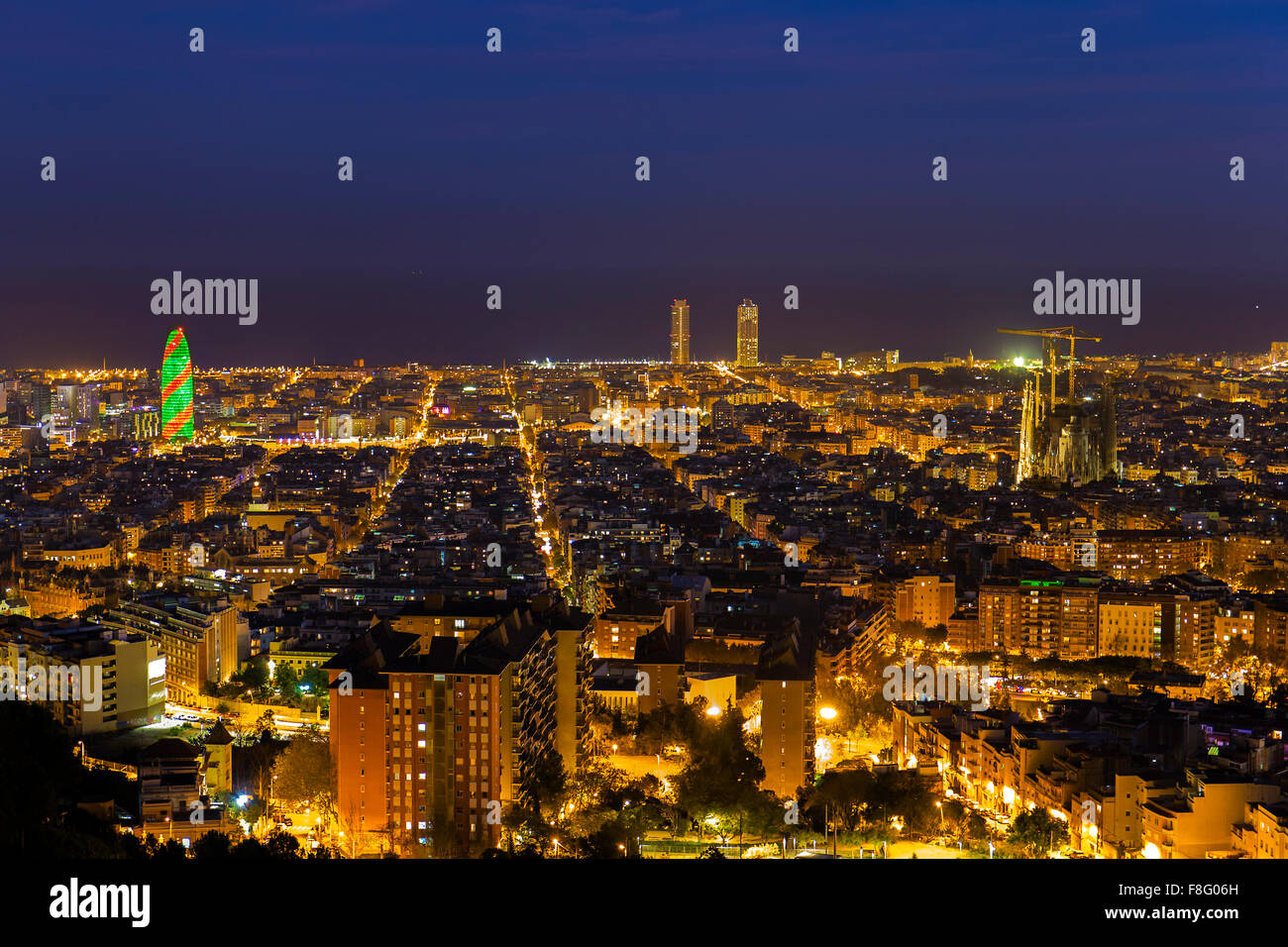 Barcelona Skyline bei Nacht während der Weihnachtszeit Stockbild