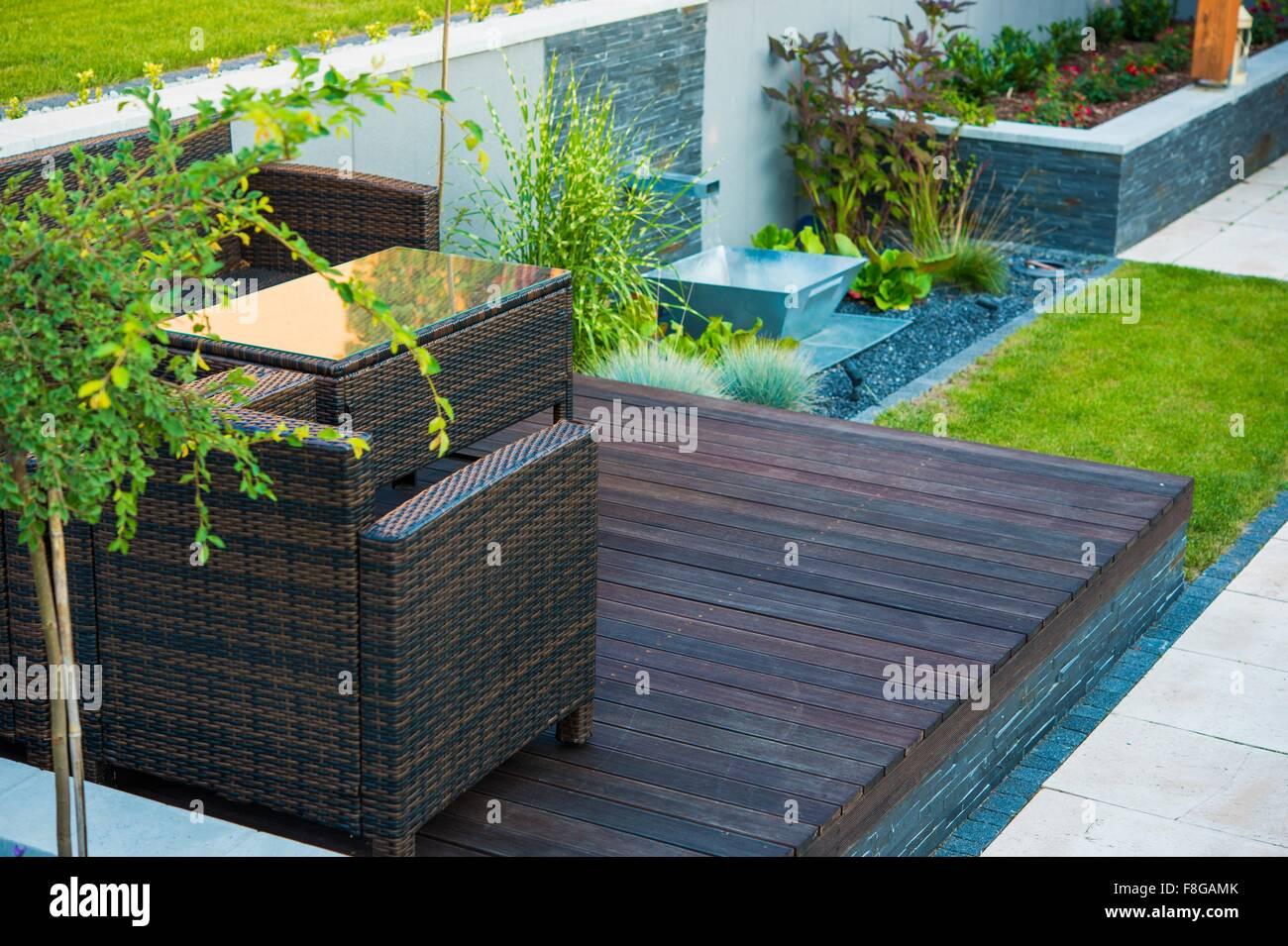 Moderne Gartengestaltung. Holz und Stein. Gartenarbeit-Thema ...