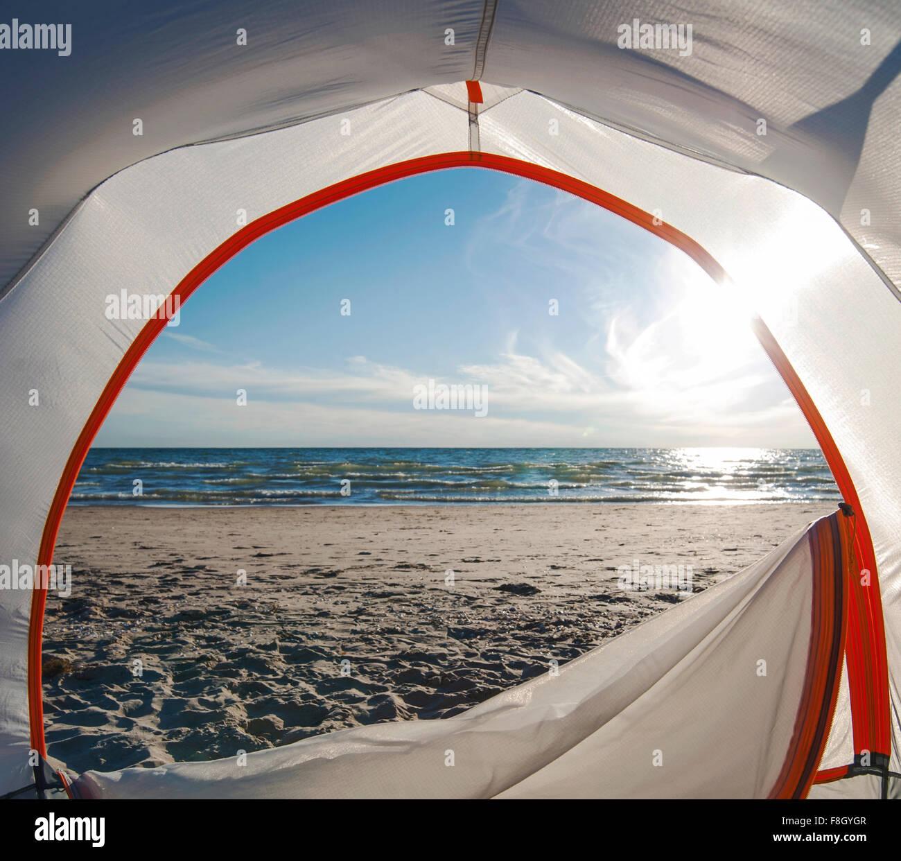 Zelttür öffnen camping am Strand Stockbild
