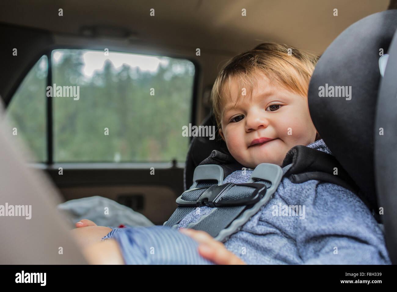 Gemischte Rassen Mädchen sitzen im Autositz Stockfoto