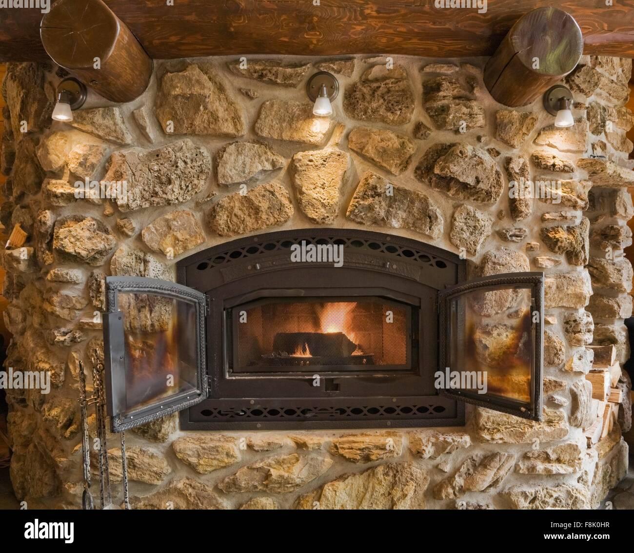 Hervorragend Beleuchtete Feldsteinen Und Rock Kamin Im Wohnzimmer In Zeder Blockhaus,  Quebec, Kanada