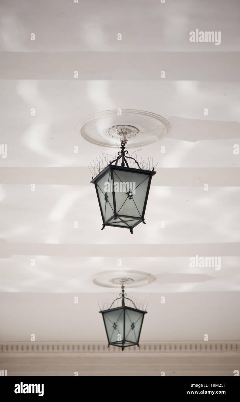 Zwei dekorative Lampen unter der Decke baumelt, Spitzen ornamentalen ...