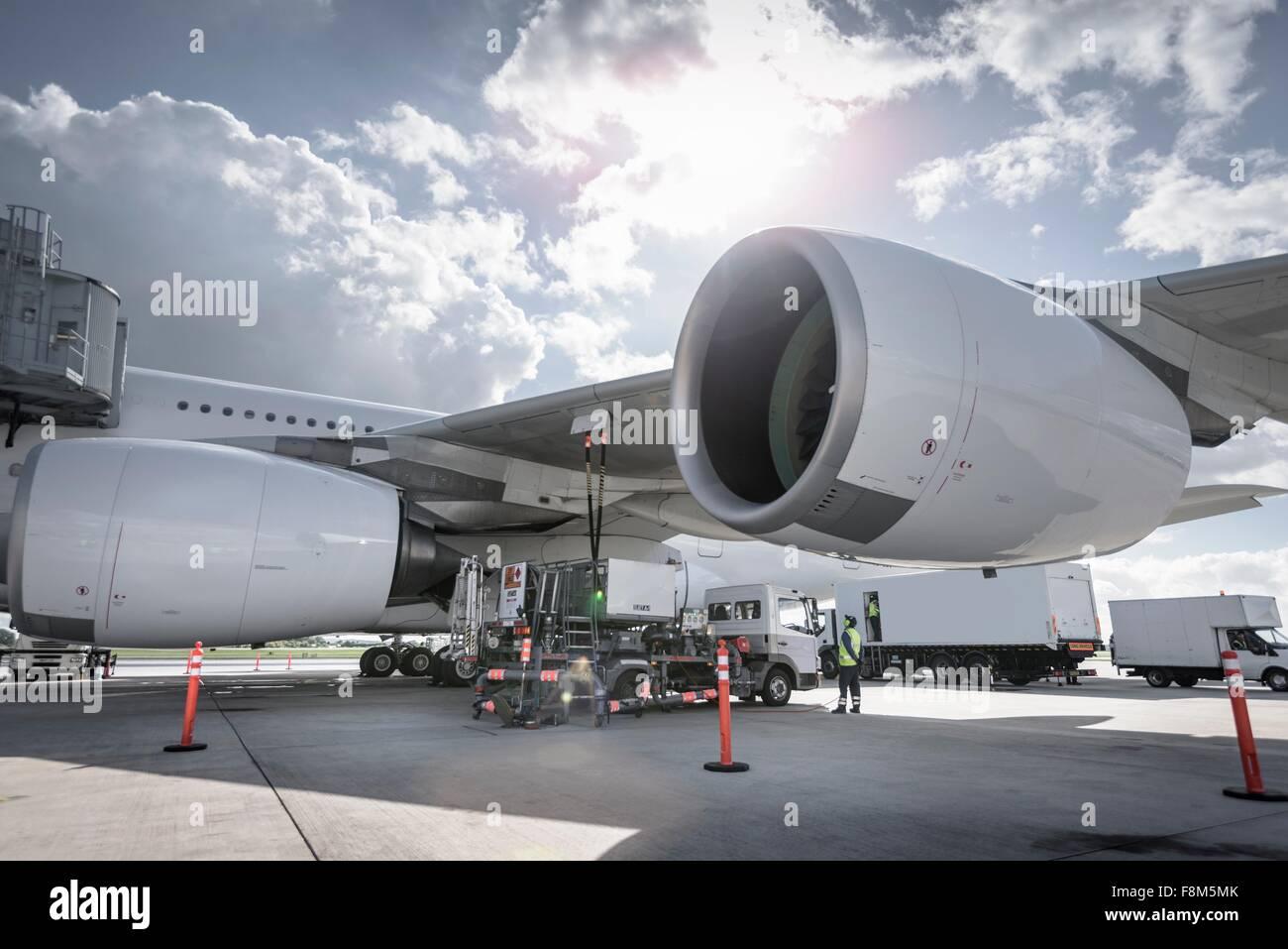 A380-Flugzeuge am Flughafen betankt werden Stockbild