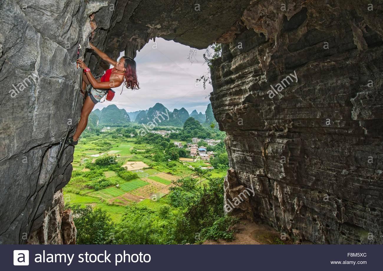 Weibliche Kletterer am Schatz Höhle in Yangshuo, Guangxi Zhuang, China Stockbild
