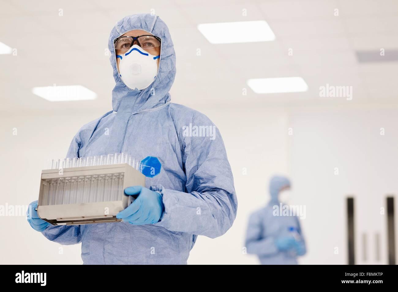 Wissenschaftler mit Tablett von Reagenzgläsern im Labor Stockfoto