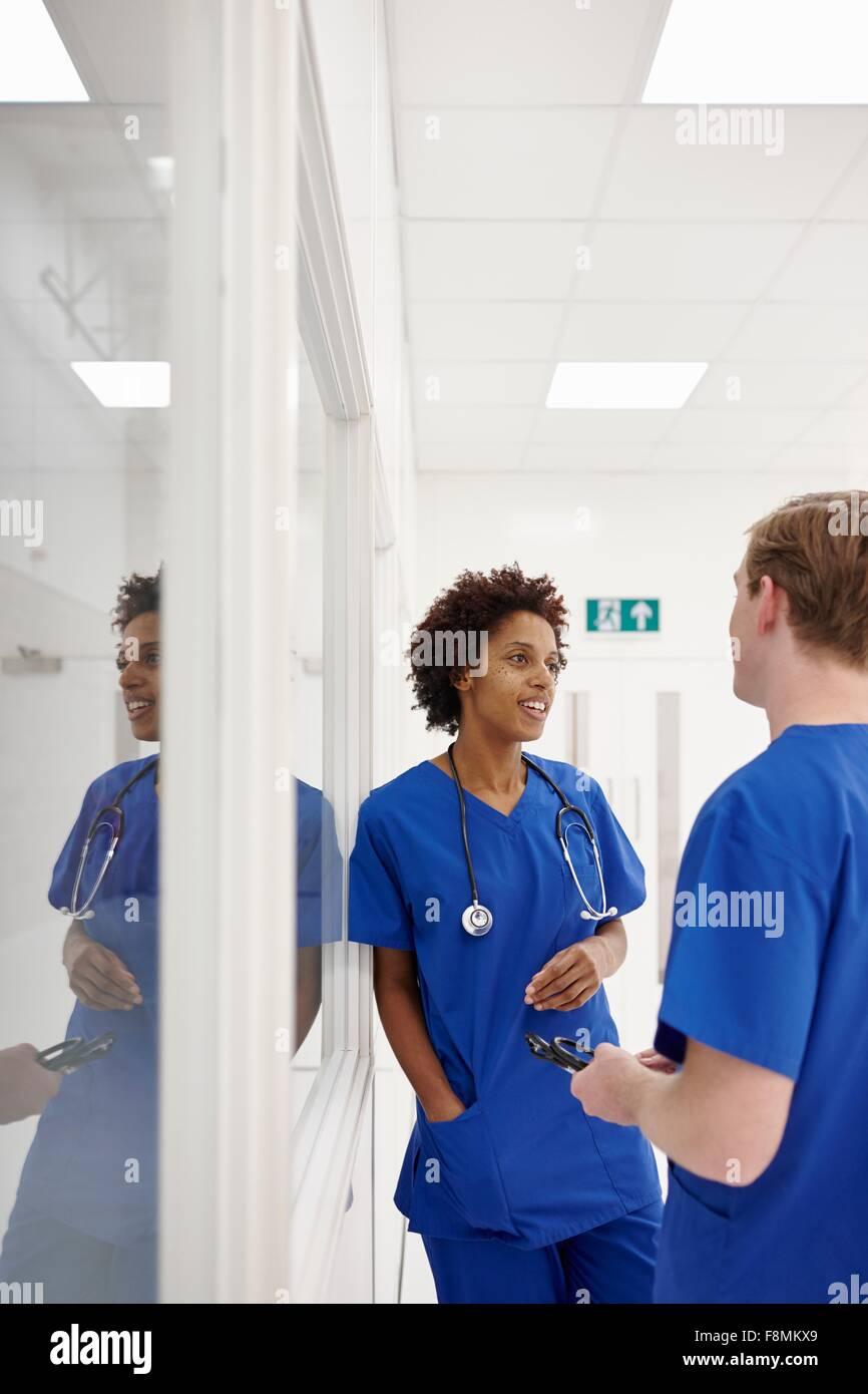 Arzt mit Diskussion im Krankenhaus Stockfoto