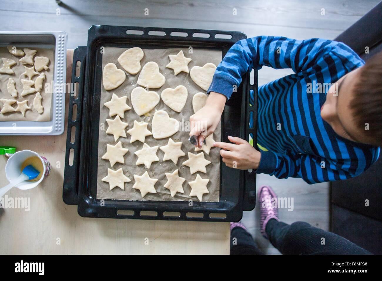Junge machen Cookies, Draufsicht Stockbild