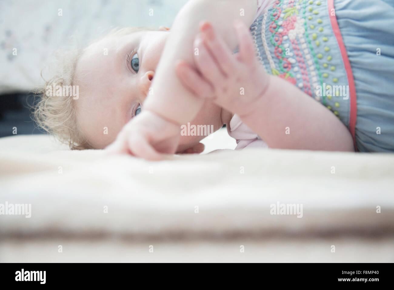 Babymädchen liegend Stockbild