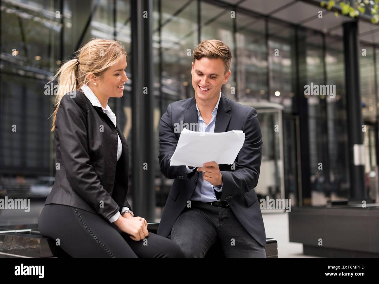 Unternehmer und Unternehmerin Treffen außerhalb Bürogebäude, London, UK Stockfoto