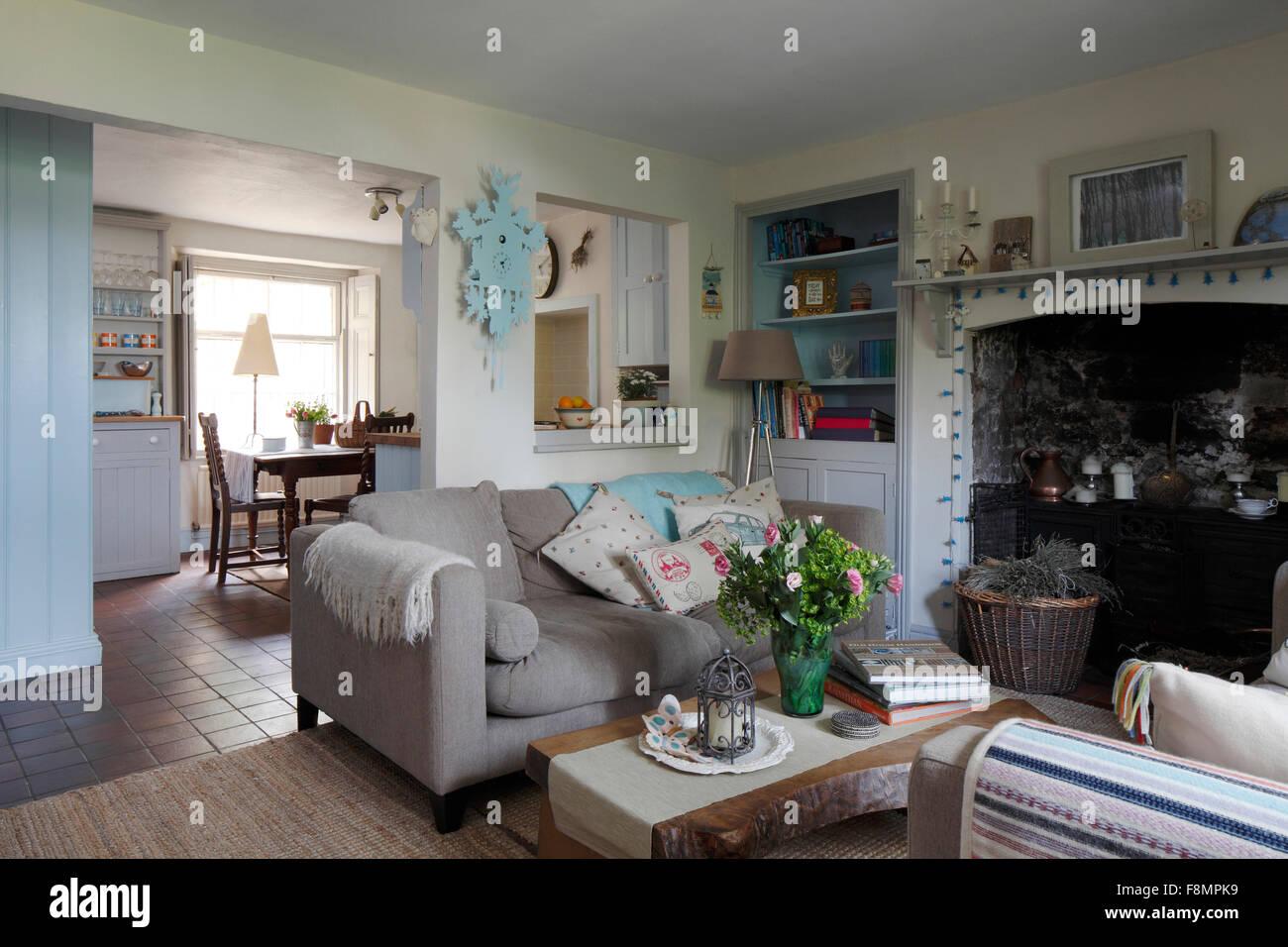Offene Küche, Wohnzimmer mit Eisen in großen Kamin Stockfoto, Bild ...