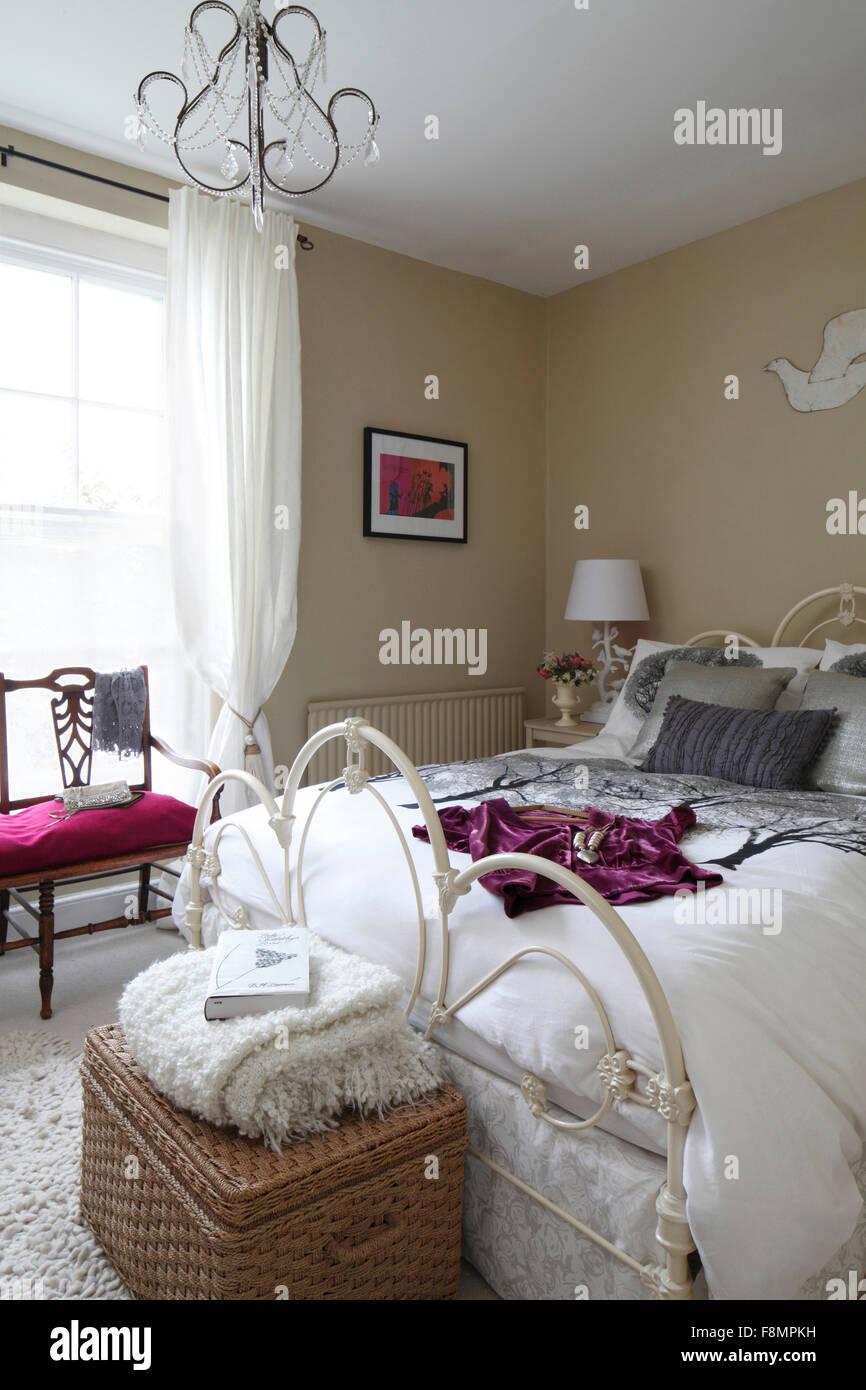 Feminine Schlafzimmer mit Metallrahmen Bett, Beige Wände ...