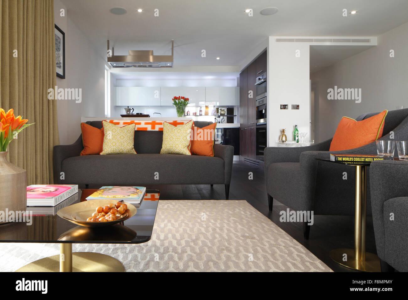 Wohnzimmer In Einem Privathaus. Moderne Innenarchitektur. Grau Liegen Mit  Orange Kissen.