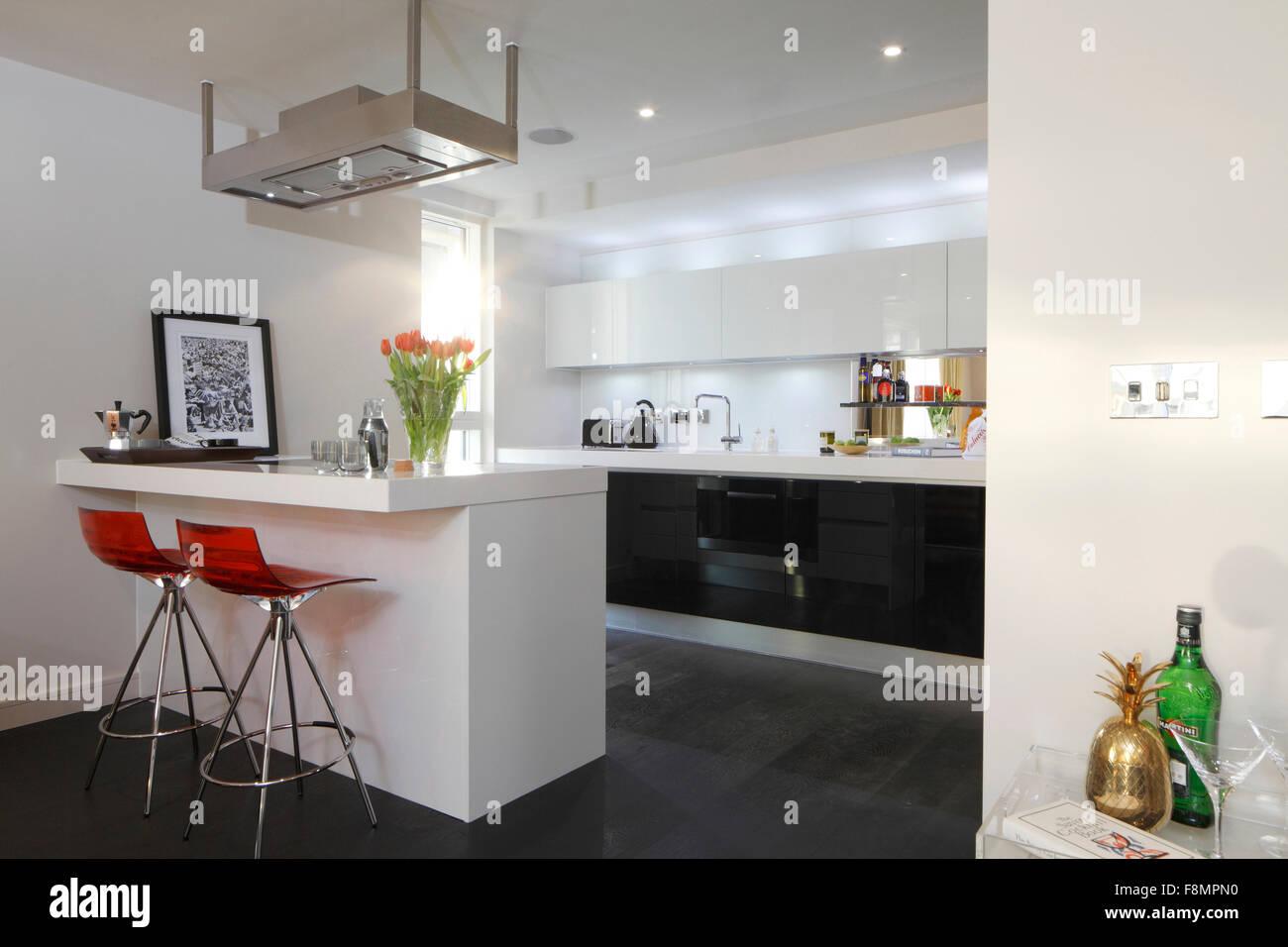 Küche Mit Orange Acryl Barhockern Am Schalter. Moderne Innenarchitektur.