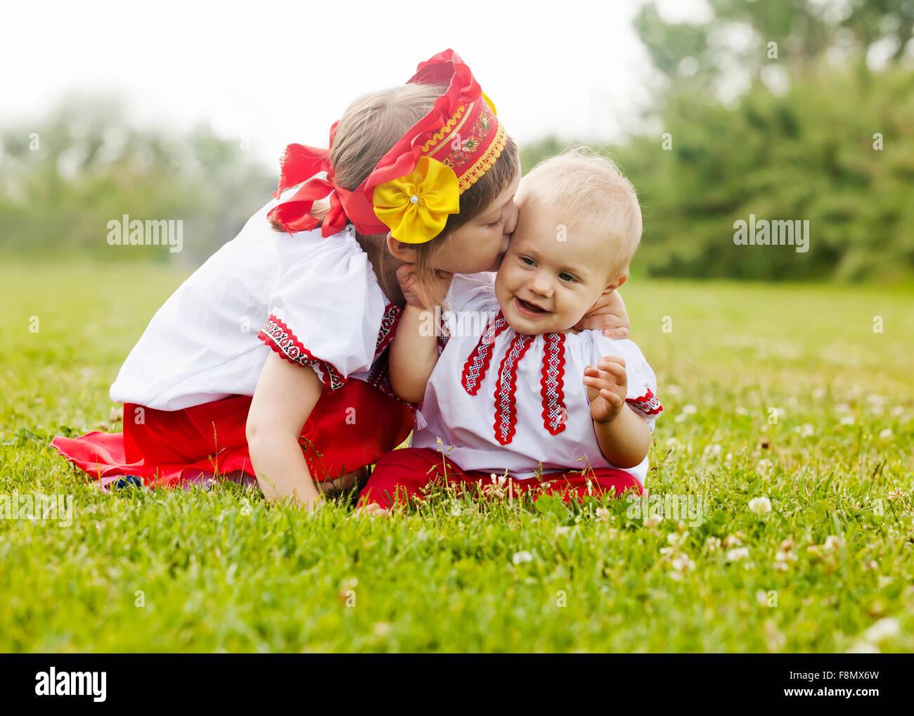 Zwei Gluckliche Kinder In Der Russischen Folklore Kleidung Auf Dem