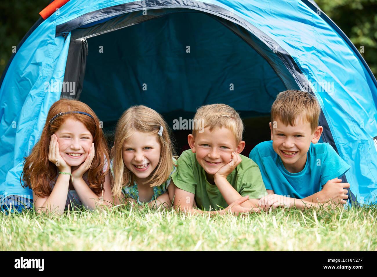 Gruppe von Kindern auf Camping-Ausflug zusammen Stockbild