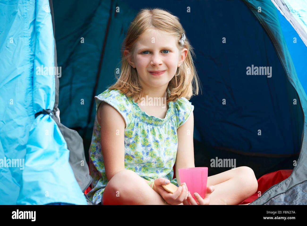 Mädchen mit Snack auf Camping-Ausflug Stockbild
