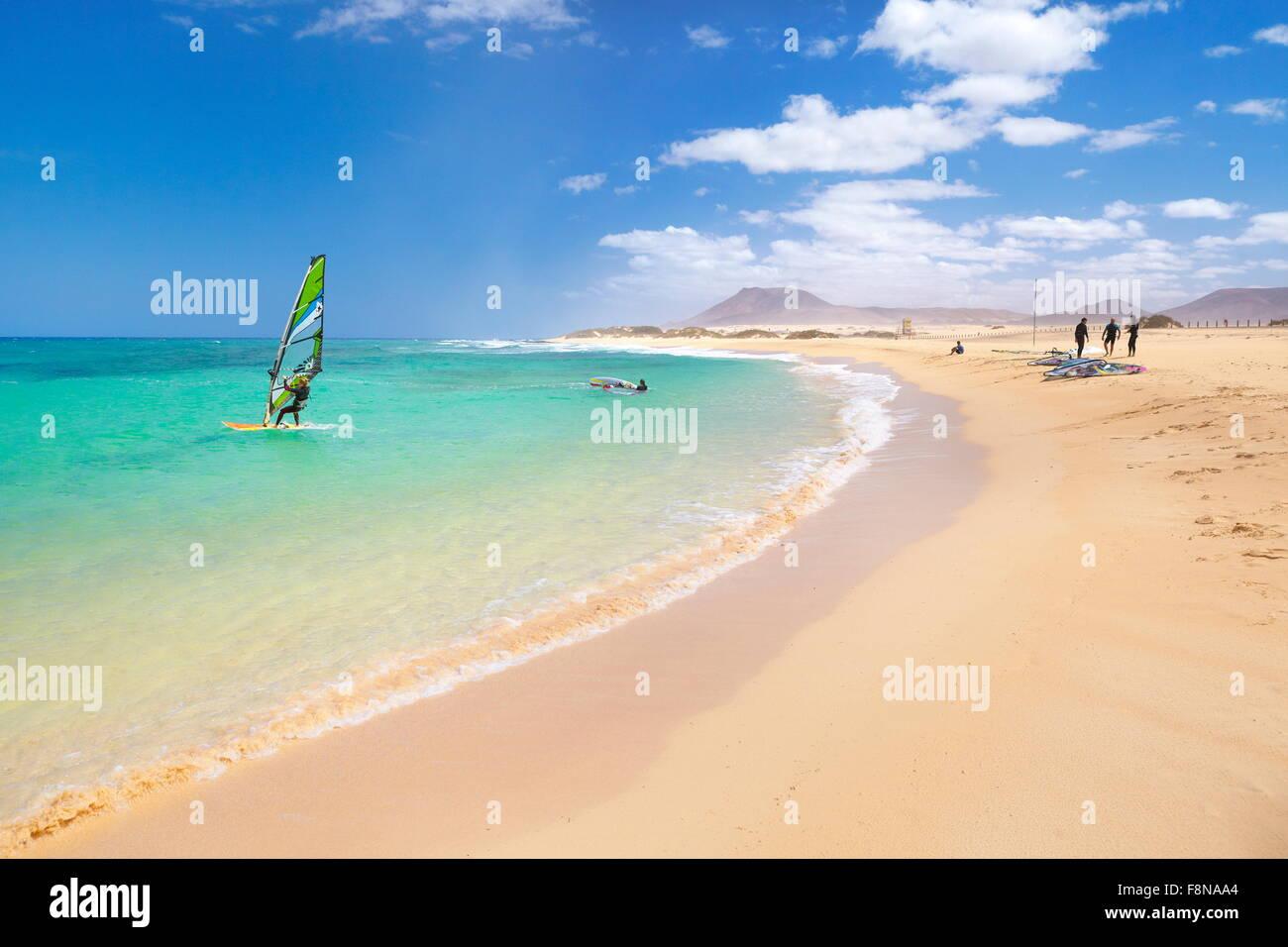 Kanarischen Strand auf Fuerteventura Island, Windsurfen in der Nähe von Corralejo, Kanarische Inseln, Spanien Stockbild