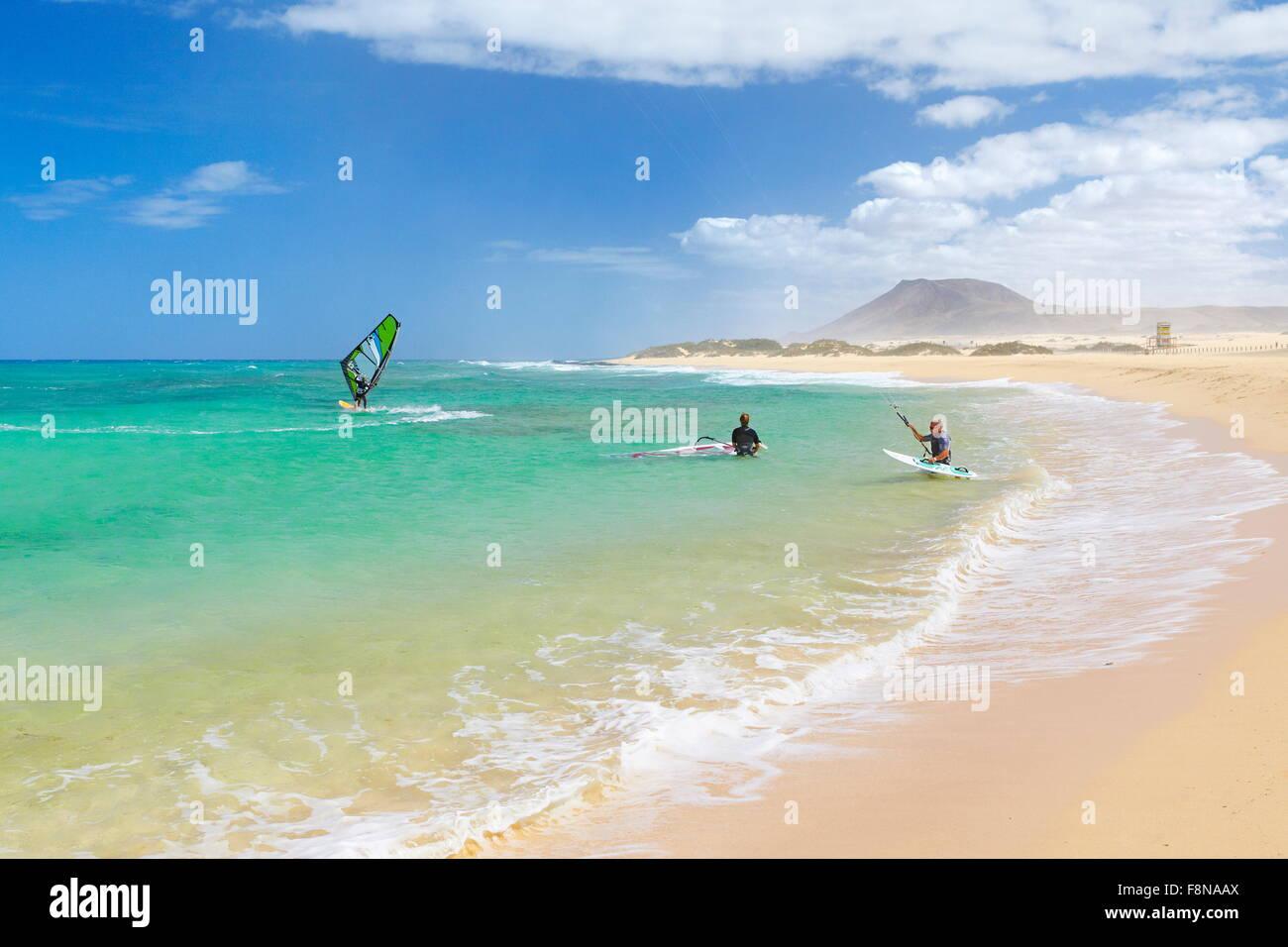 Windsurfen am Strand von Corralejo, Fuerteventura Insel Landschaft, Kanarische Inseln, Spanien Stockbild