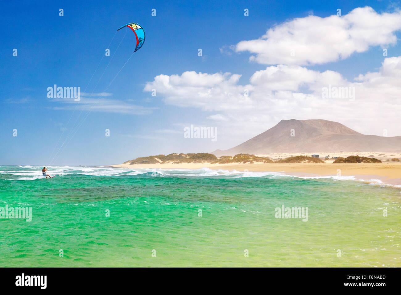 Kitesurfen am Strand in der Nähe von Corralejo, Insel Fuerteventura, Kanarische Inseln, Spanien Stockbild