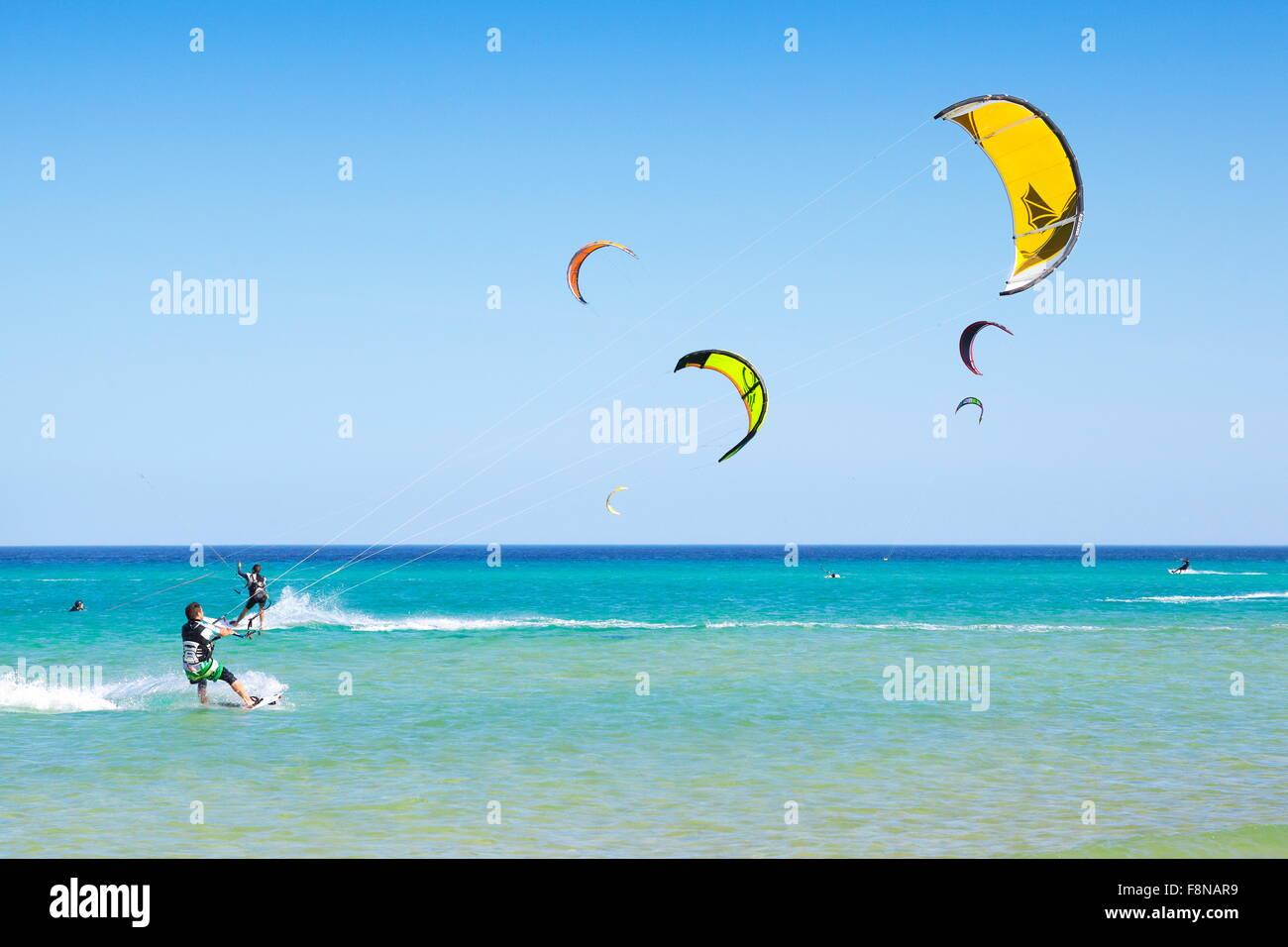 Kanarischen Inseln, Fuerteventura Island, Kitesurfen am Strand in der Nähe von Costa Calma, Spanien Stockbild