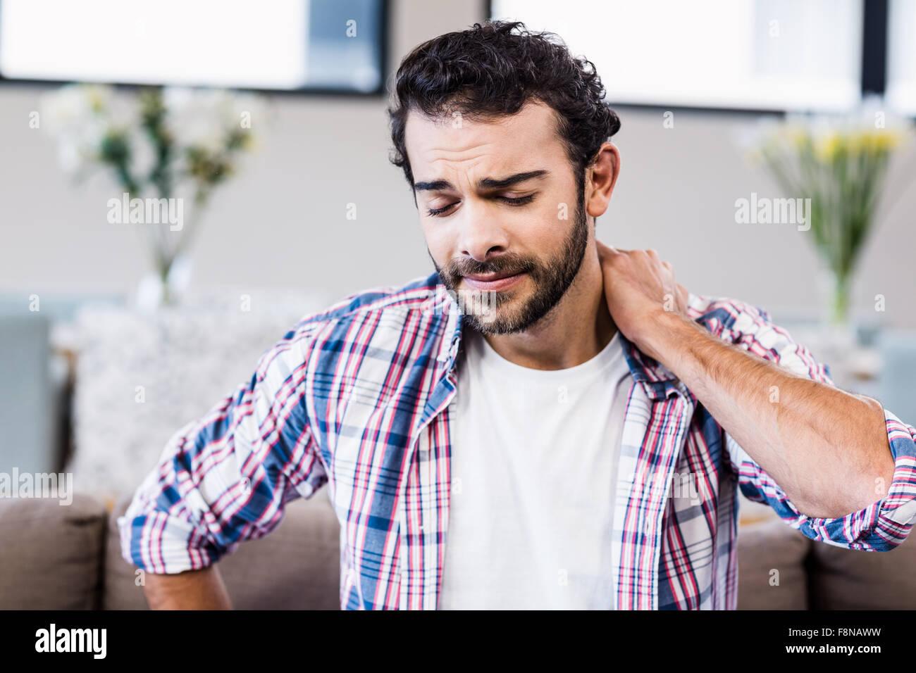 Mann mit steifen Nacken Leiden Stockbild