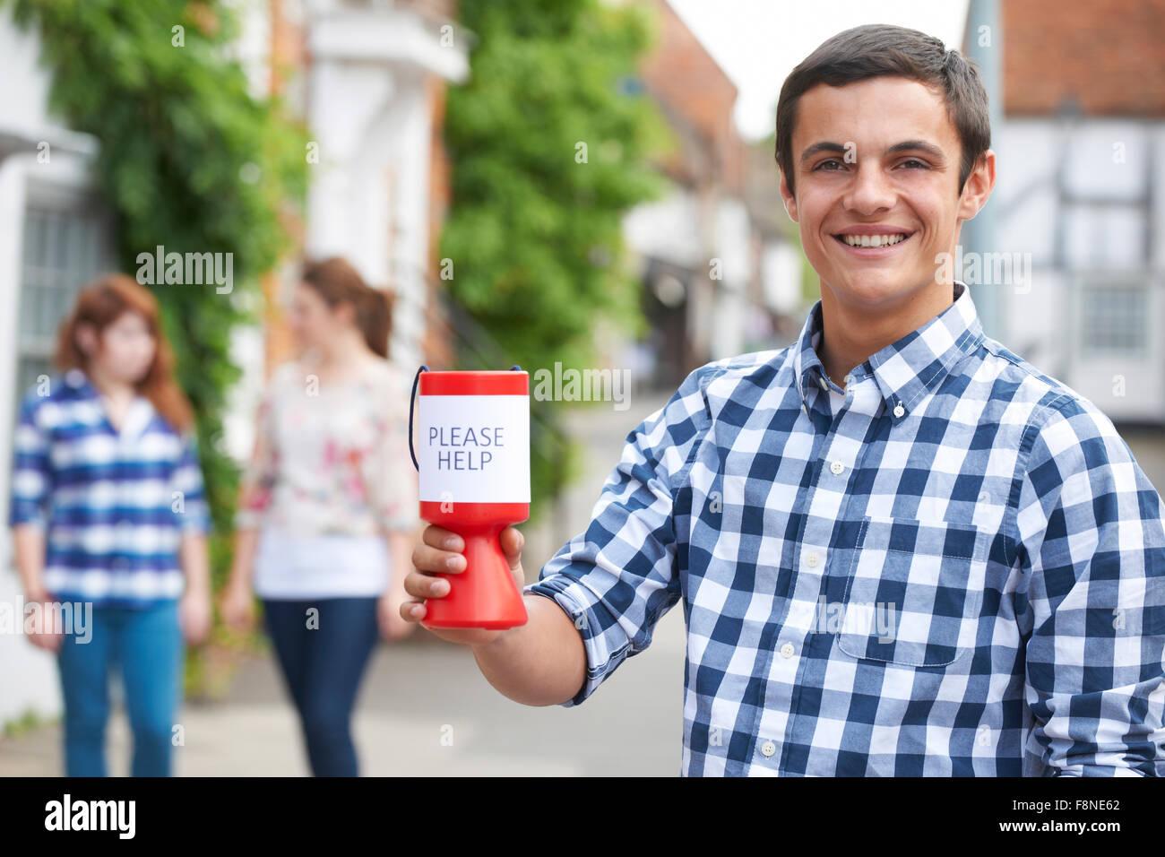 Teenager sammeln für einen guten Zweck In der Straße Stockbild
