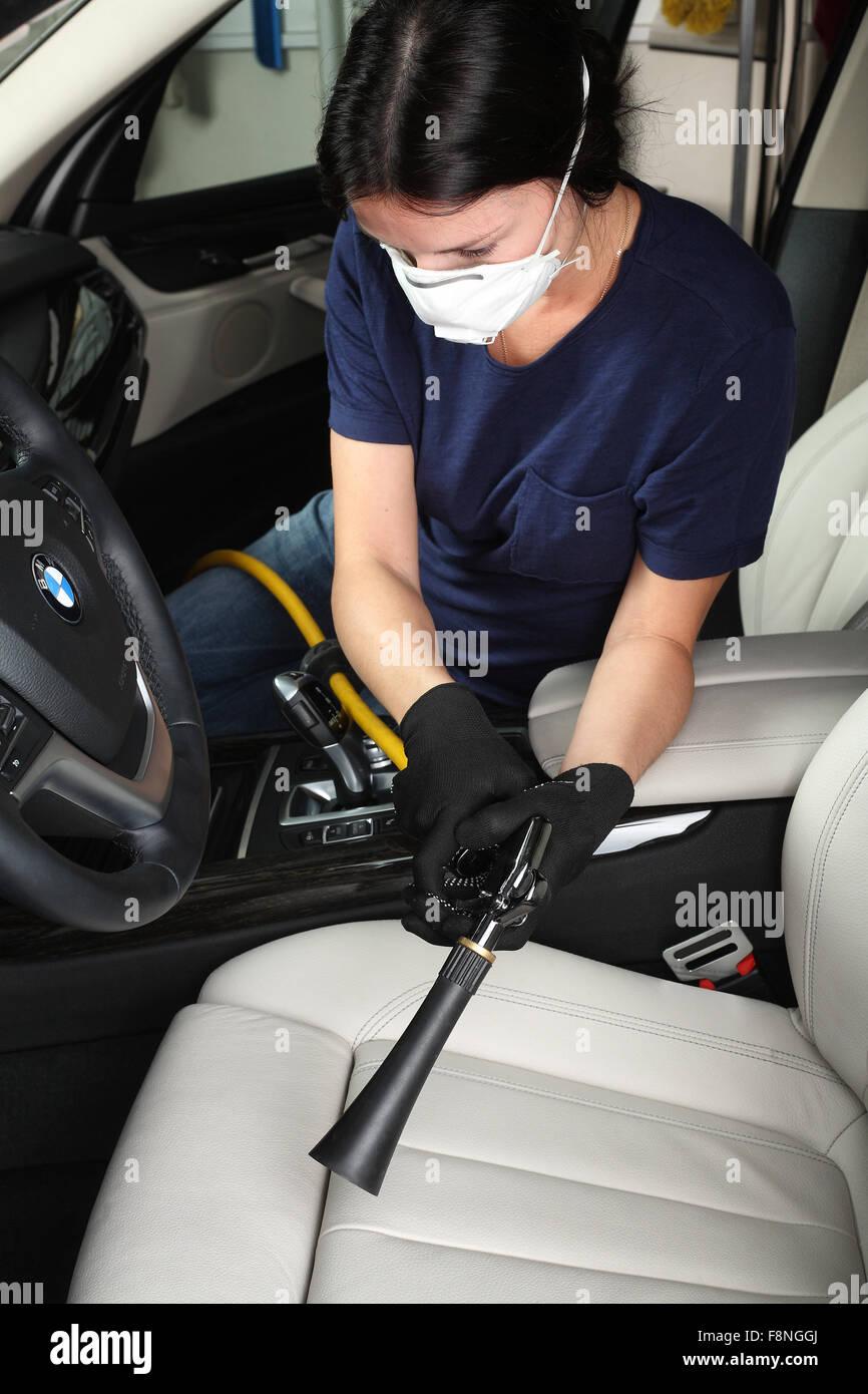 https://c8.alamy.com/compde/f8nggj/illustrative-editorial-die-arbeitskraft-reinigung-und-interieur-des-heissen-dampfes-auto-waschen-car-service-aquacars-moskau-0410-f8nggj.jpg