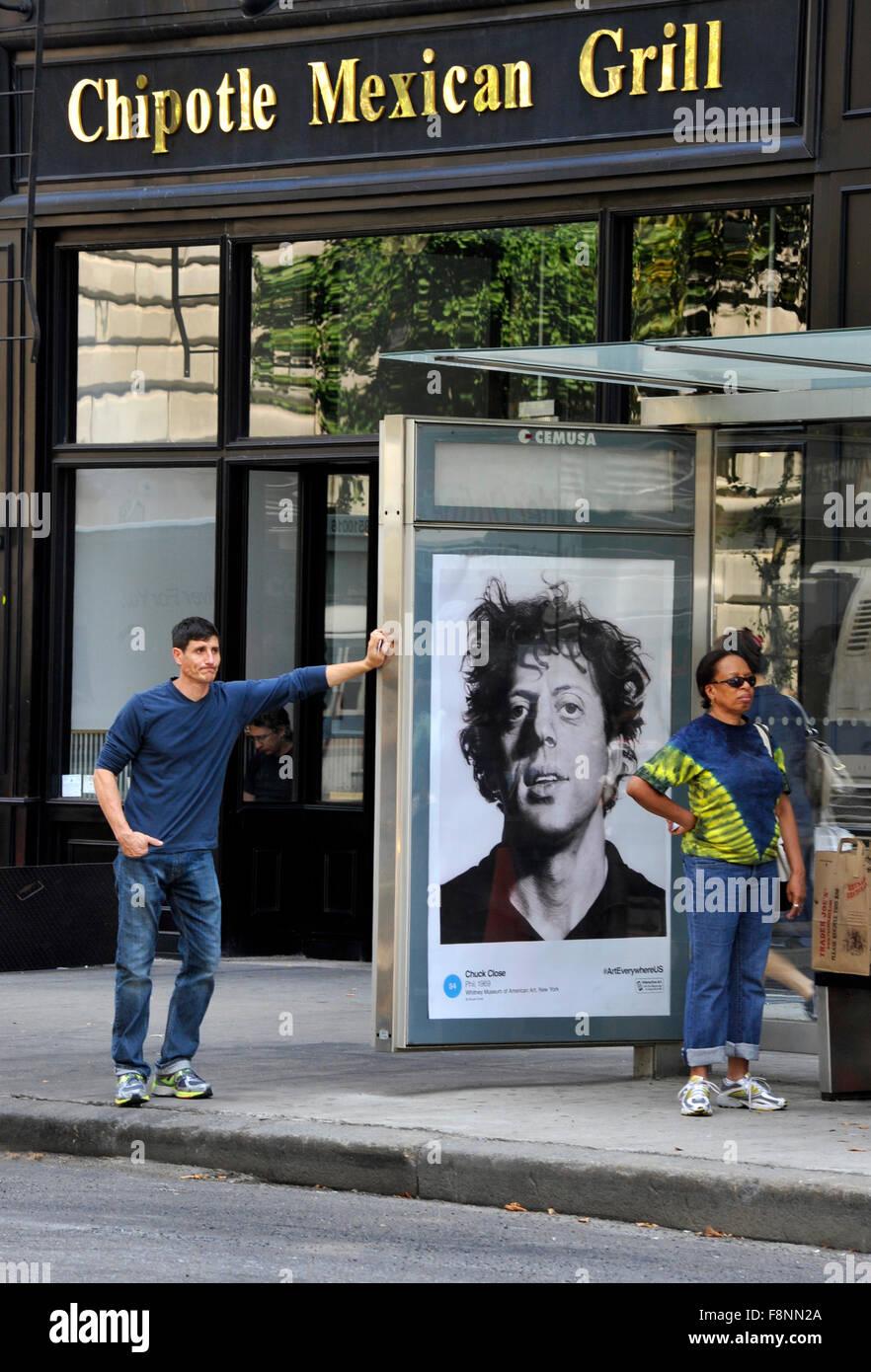 Ein Chuck Close Gemälde wird auf einen Bus Shelter Werbetafel in New ...