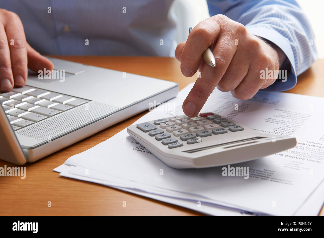 Man Working Out Haushaltsfinanzen Stockbild