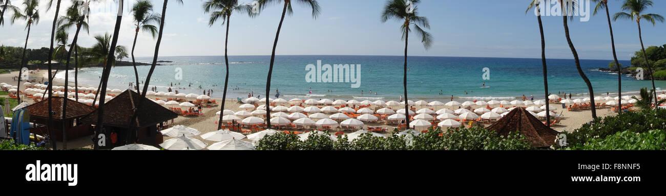 Panoramablick über Strand und Sonnenschirmen auf Big Island Hawaii auf Kona Küste Inseln von Hawaii USA Stockbild