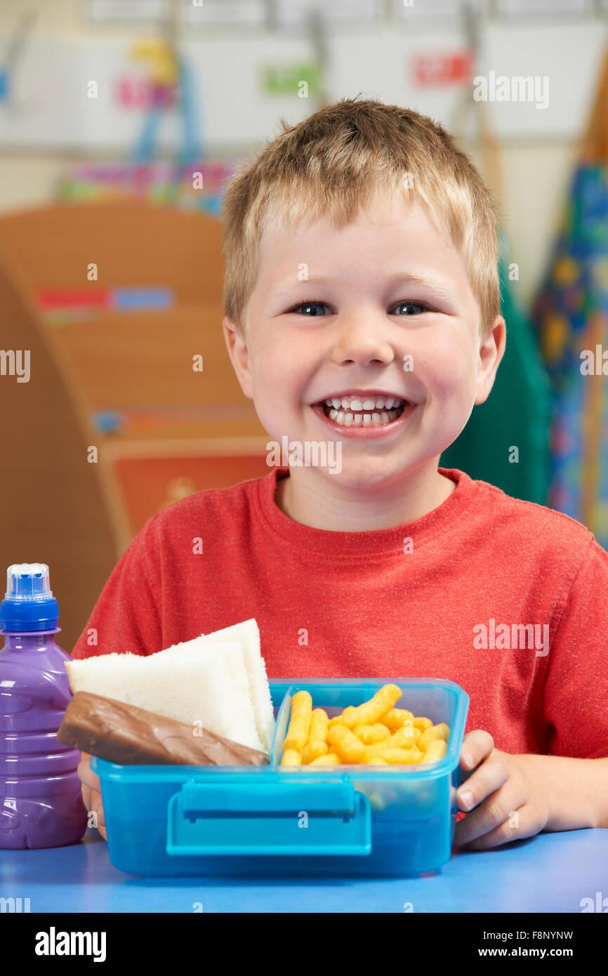 Schüler der Grundschule mit ungesunden Lunch-Box Stockbild