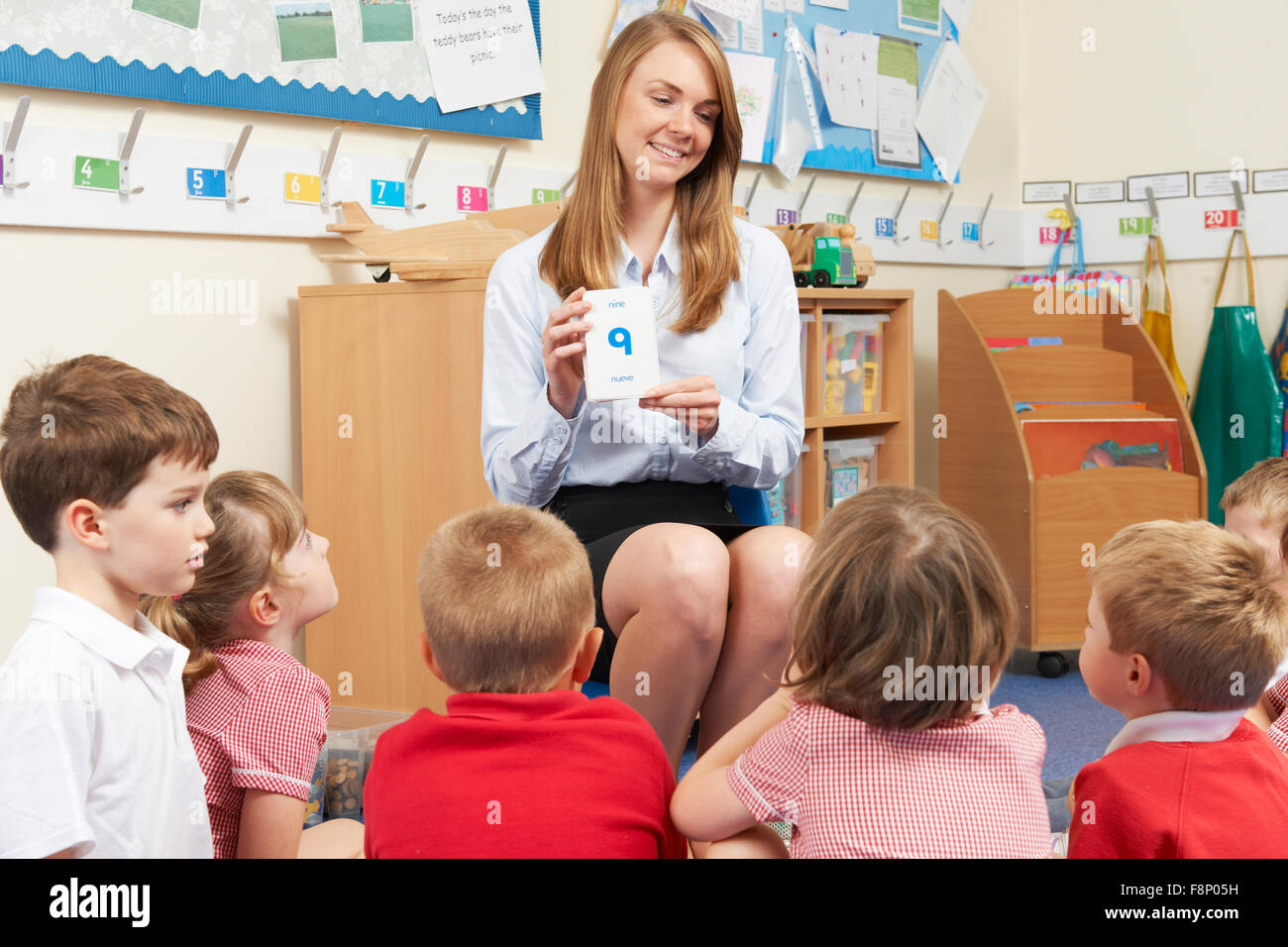 Lehrer mit Lernkarten Mathematik Grundschule Klasse beizubringen Stockbild