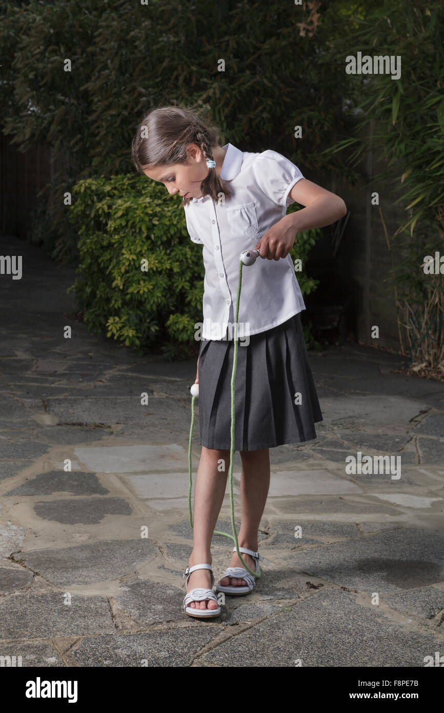 Mädchen 8 Jahre alt, mit einem Springseil Stockbild
