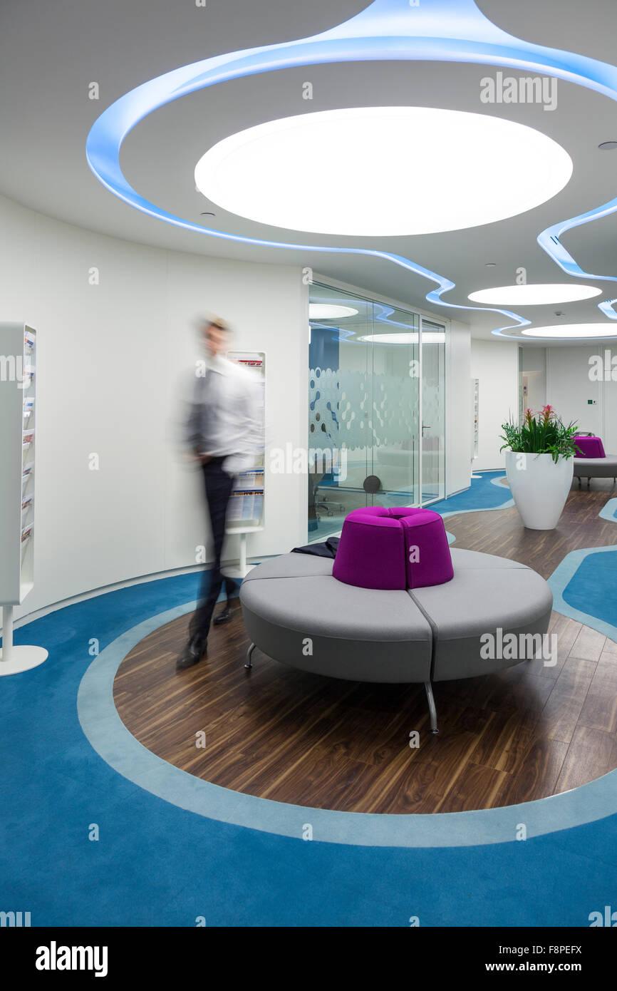 Geschäftsmann in modernen Büro, City of London, UK Stockbild