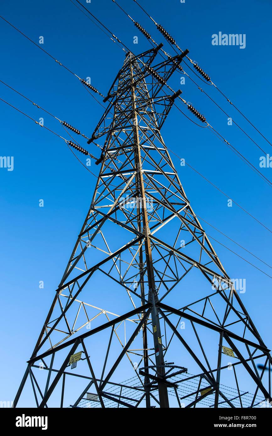 Strom Pylon gegen ein blauer Himmel, Hauptstütze der Versorgung für das Stromnetz Stockbild
