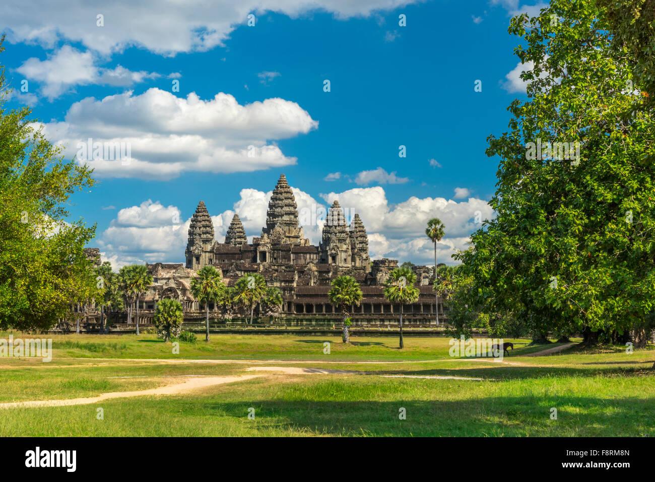 Antike Tempel Angkor Wat an einem sonnigen Tag mit Pferd, blaue Bettgestells und viele Wolken in Siem Reap. Kambodscha Stockbild