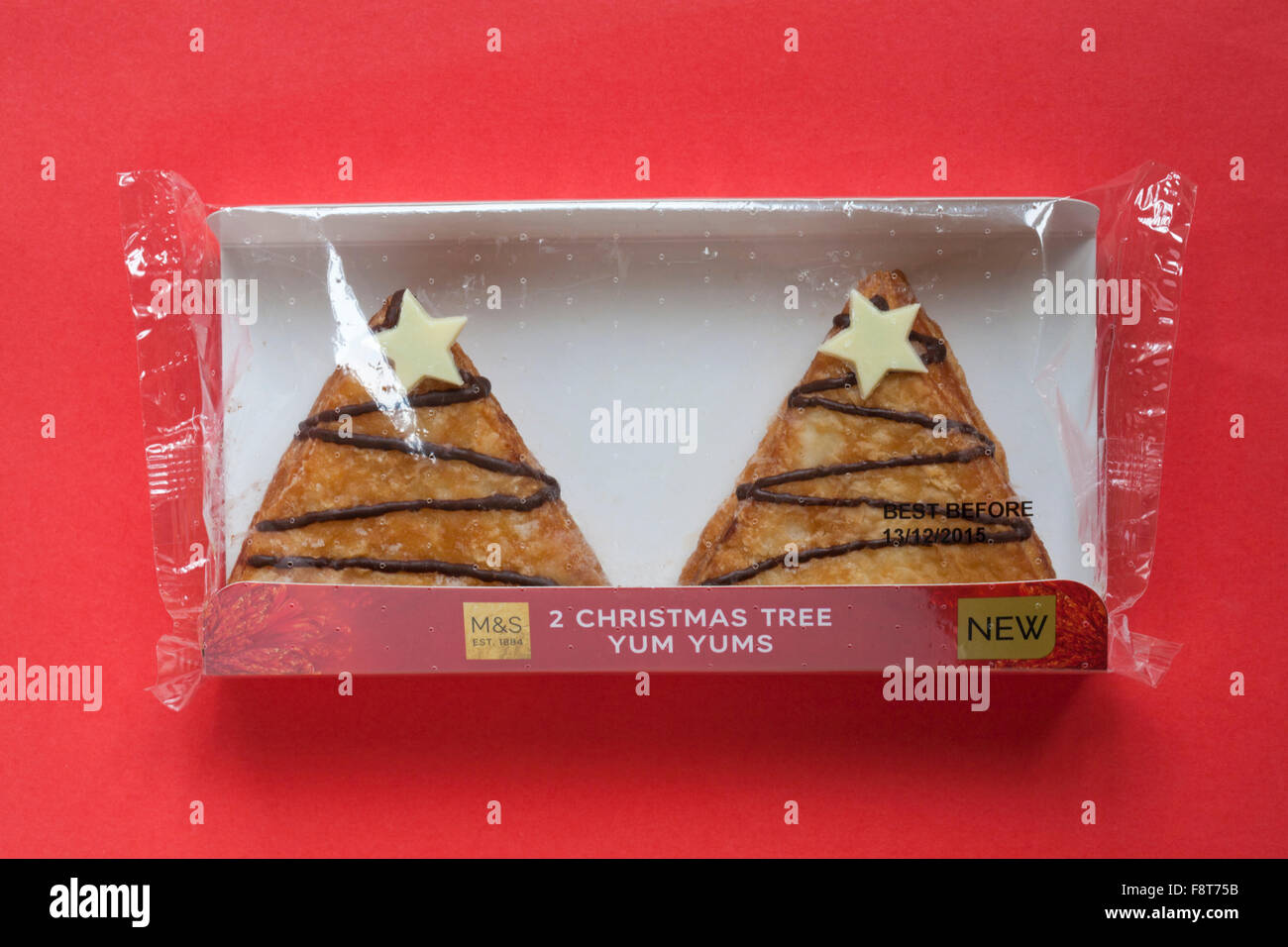 Paket M & s 2 Eistee Weihnachtsbaum Yum Yums Krapfen gefüllt mit Toffee-Sauce auf rotem Hintergrund isoliert Stockfoto