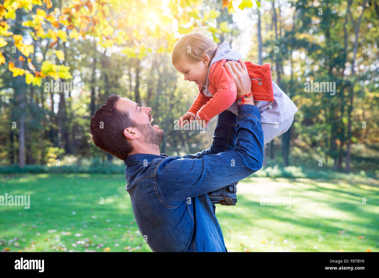Vater mit seiner Tochter spielen Stockbild