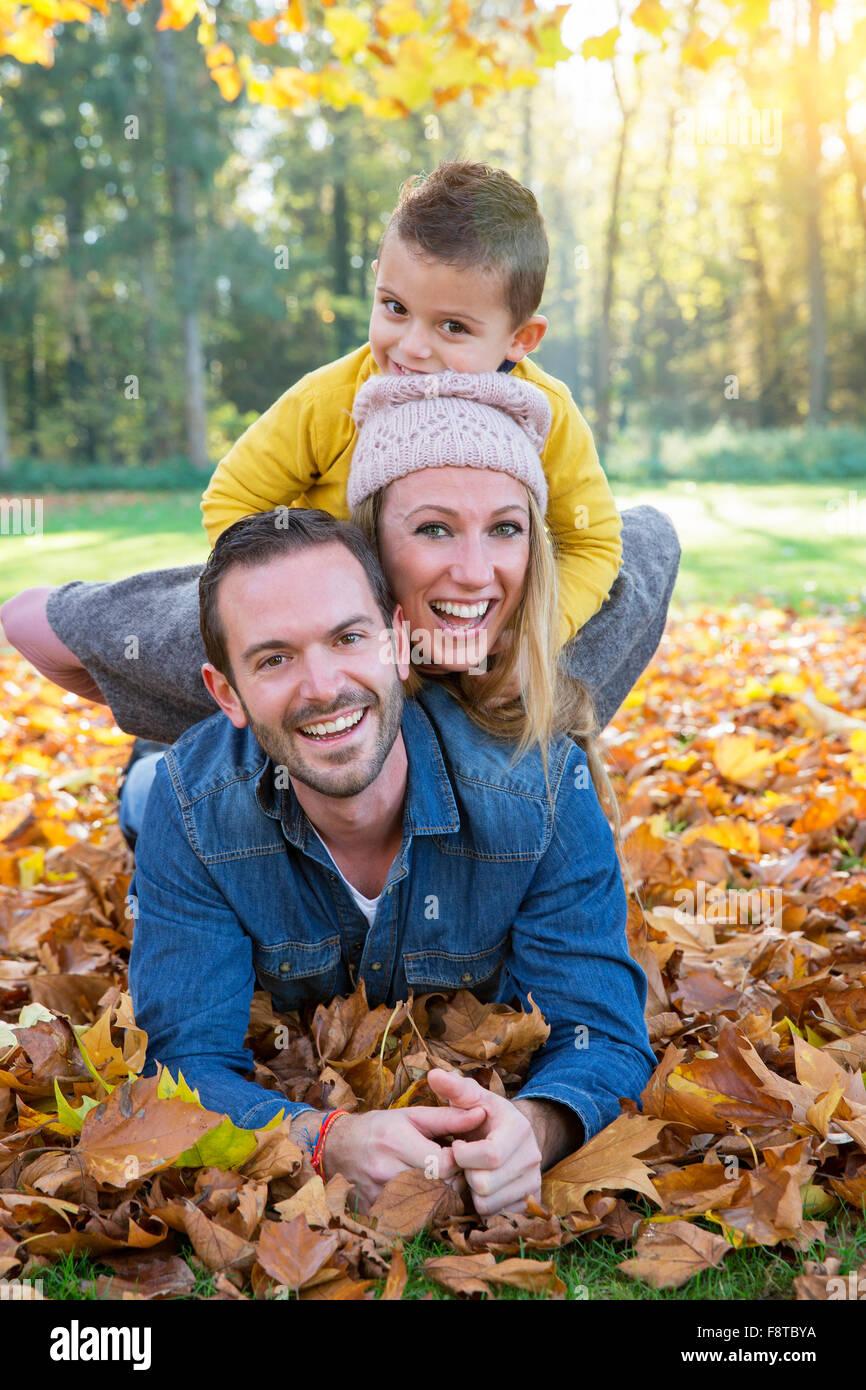 Familie im Park spielen Stockbild