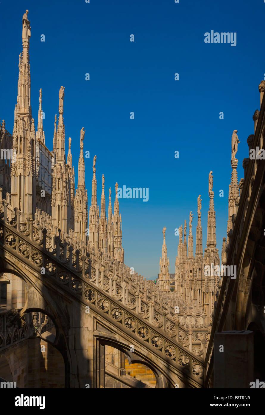 Mailand, Provinz Mailand, Lombardei, Italien.  Türme auf dem Dach des Dom oder Dom. Stockbild