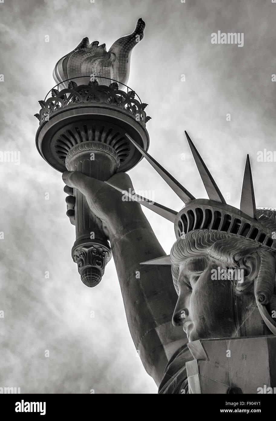 & Schwarz-weiß-Detail der Fackel, Krone und das Profil der Statue of Liberty, Liberty Island, New York Stockbild