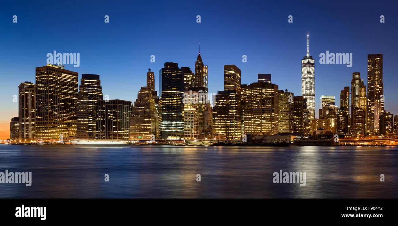 New York City Skyline von Lower Manhattan Financial District in der Dämmerung mit beleuchteten Wolkenkratzer Stockbild